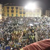 La folla radunata in piazza del Duomo