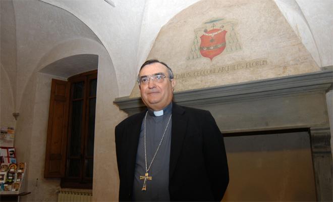 il vescovo di Prato Franco Agostinelli