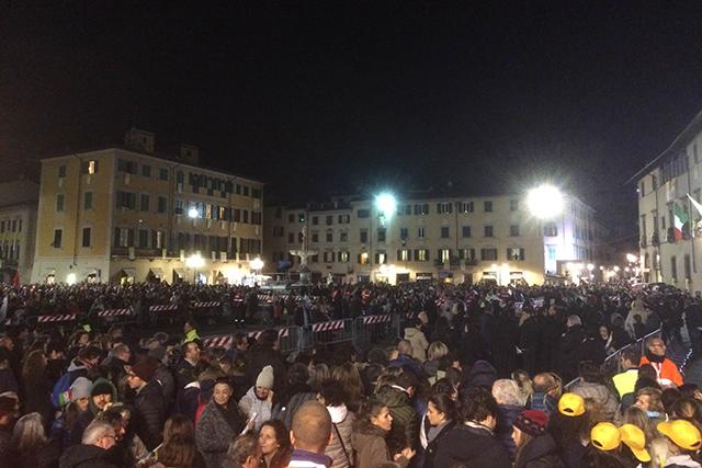 È notte ma piazza del Duomo già si riempie