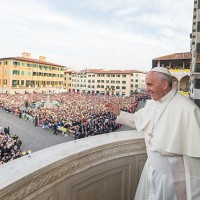 Francesco osserva e saluta i fedeli in piazza del Duomo