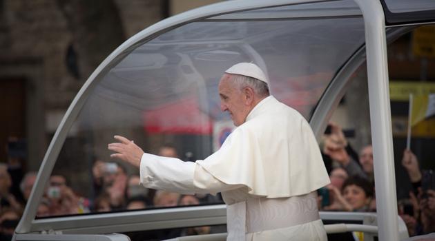 Francesco saluta le persone assiepate alle transenne