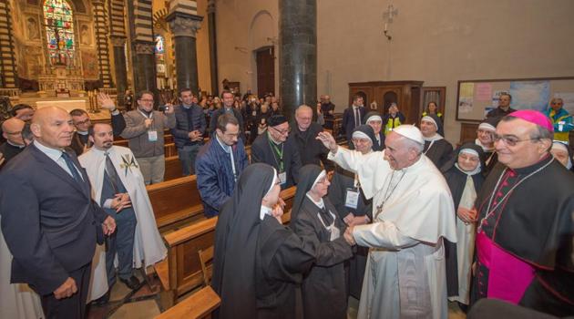 Francesco saluta un gruppo di suore in Duomo