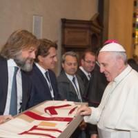 Gli imprenditori mostrano il loro dono a Francesco