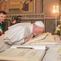 Il Papa bacia la reliquia mariana