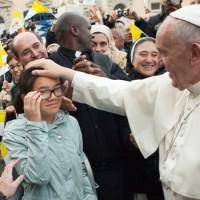Il Papa saluta una bambina