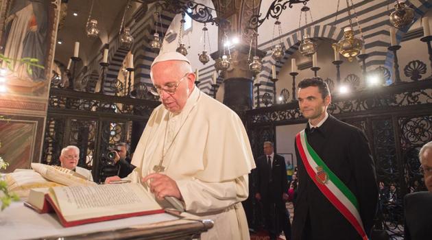 Il Santo Padre firma nella cappella della Sacra Cintola presente il sindaco Biffoni