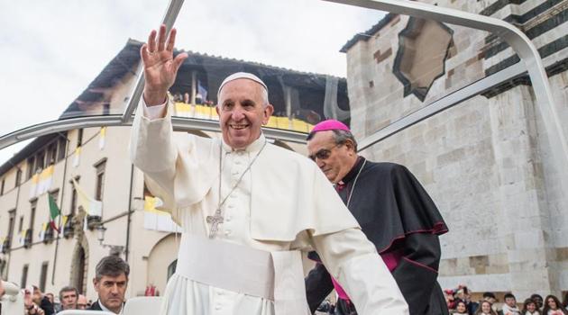 Il saluto all'arrivo all'ingresso della cattedrale