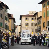 La papamobile arriva in piazza del Duomo