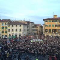 Mattina in piazza del Duomo gremita e vestita a festa