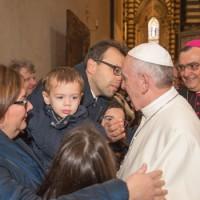 Papa Francesco e una famiglia pratese
