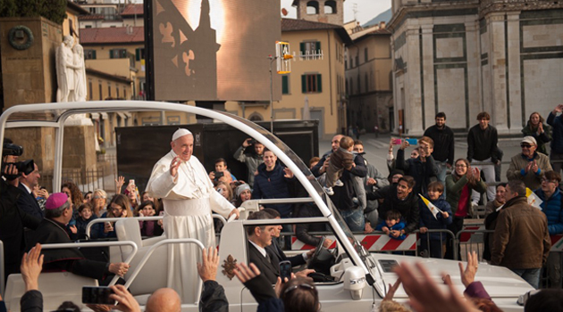 Papa Francesco ripassa da piazza delle Carceri