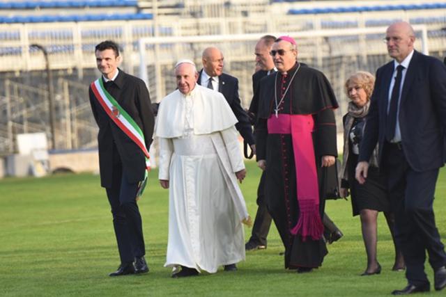 Papa Francesco si avvia alla papamobile sul Prato dello stadio