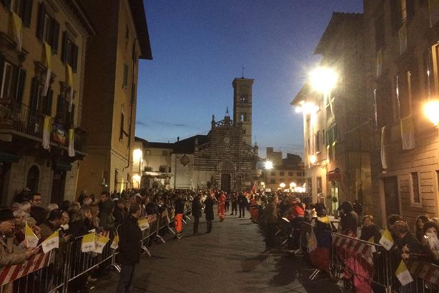 Tante persone in strada e in piazza in attesa del Santo Padre
