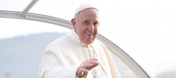 Un sorriso e un primo saluto del Santo Padre