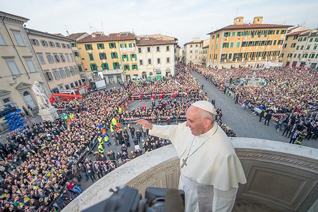 Uno scorcio di una gremita piazza del Duomo in festa per il Papa