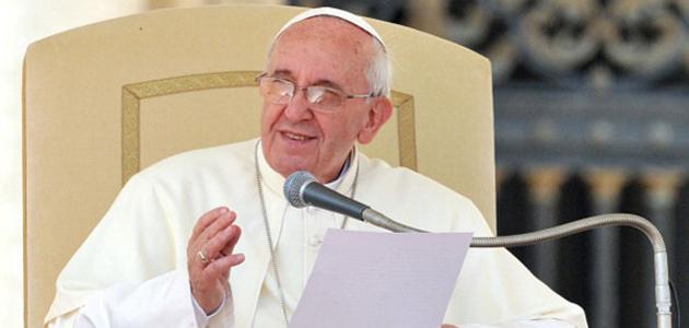 Papa Francesco legge e tiene un discorso