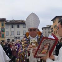 Il vescovo davanti alla porta della Cattedrale