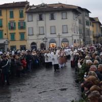 La processione arriva in piazza del Duomo