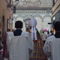 Monsignor Agostinelli conduce la processione verso il Duomo