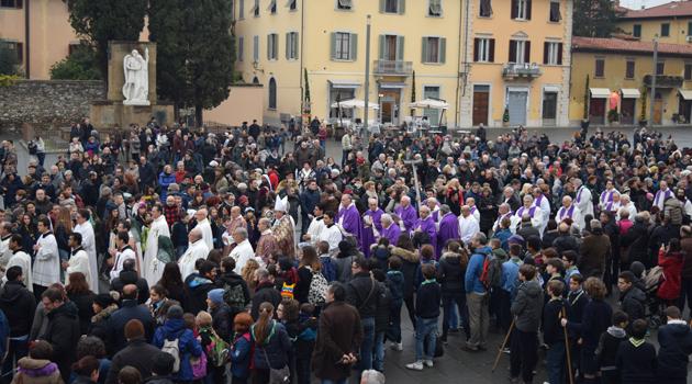 Processione e fedeli in piazza delle Carceri