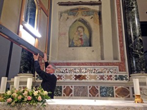 Il canonico Pelagatti mostra immagine della Madonna della Pietà