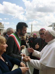 Prefetto, sindaco e vescovo salutano Papa Francesco