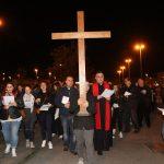 La Via Crucis dei giovani per le strade del centro storico