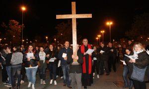 In 400 alla Via Crucis dei giovani al polo scolastico di via Reggiana