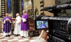 La messa del vescovo Nerbini celebrata a porte chiuse davanti alle telecamere per l'emergenza Coronavirus