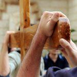La Via Crucis dei giovani in diretta tv da piazza Duomo